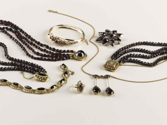 Antieke granaten worden soms ouderwets genoemd; maar het blijven charmante sieraden!