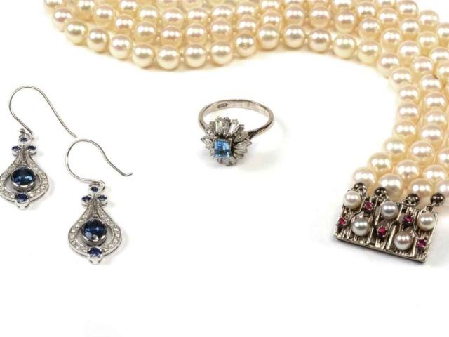 De parelarmband heeft een pracht slot; de overige sieraden zijn verkocht