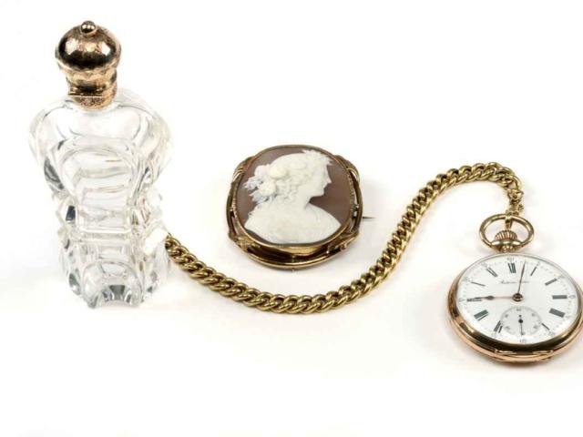 Een fraai parfumflesje met gouden dop; een top-camée en een zeldzaam gouden 19de eeuws horloge