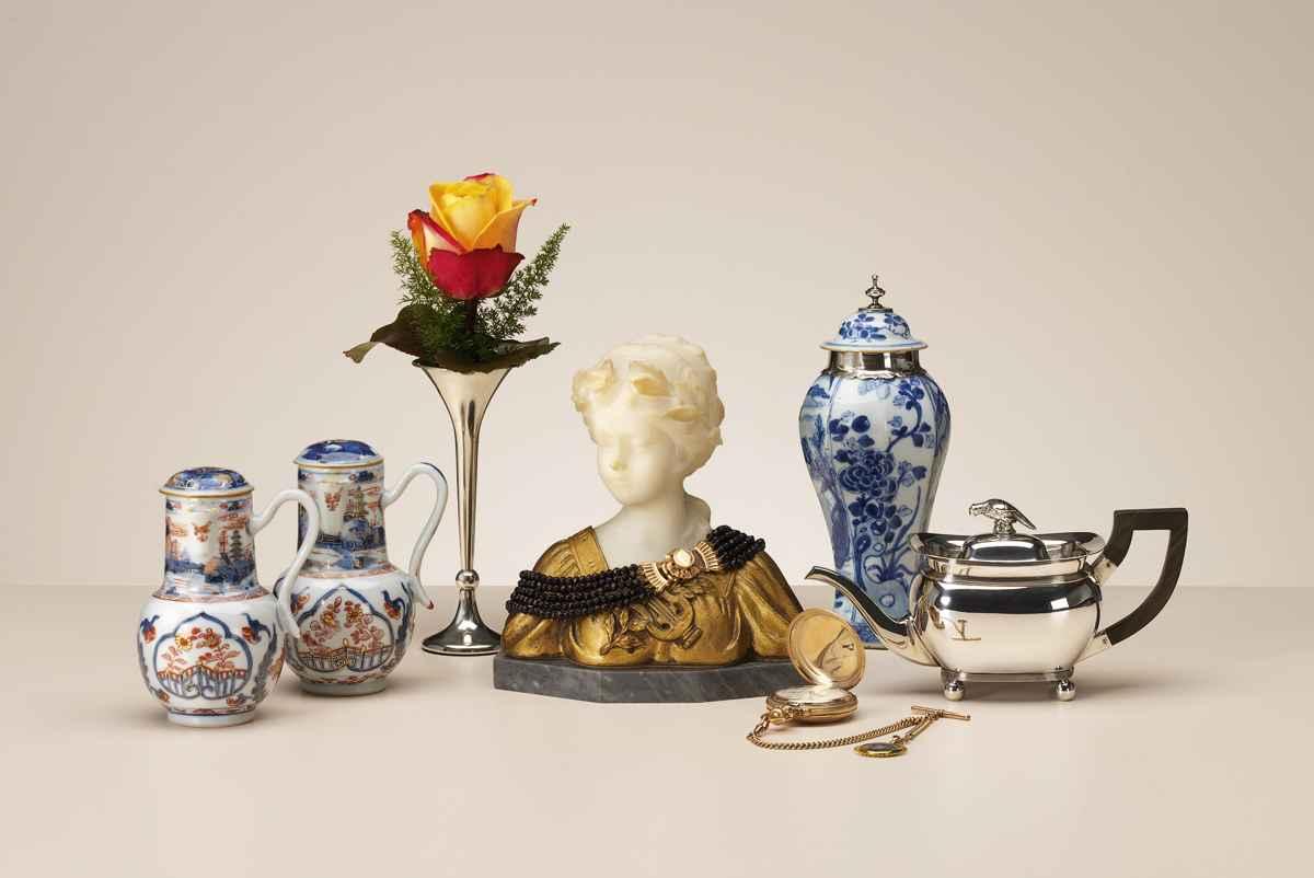 De zilveren theepot is van de hand van Jan Buijsen, Amsterdam 1812, inmiddels verkocht Kandelaars uit Birmingham 1892
