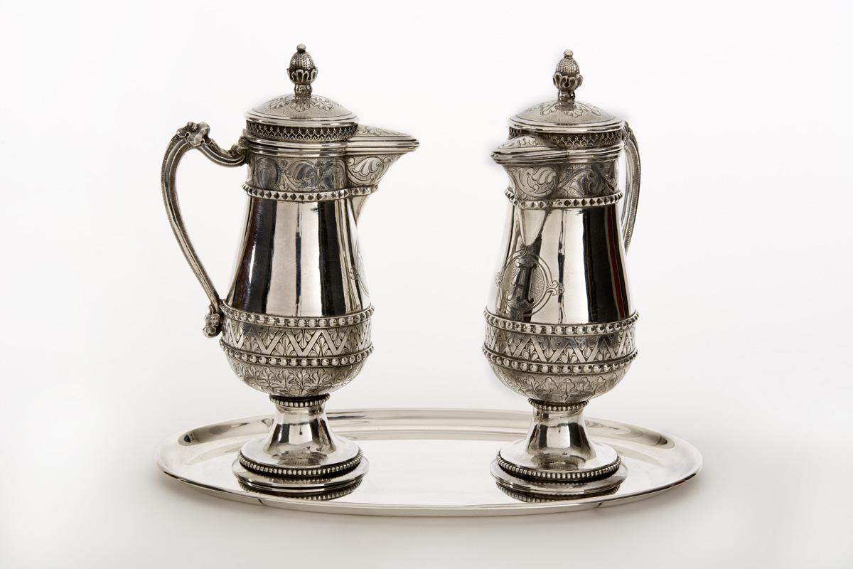 Paar zilveren ampullen, vervaardigd voor de kapel van het klooster Mariënburg door Karel Nicolaas zur Mühlen, meester-zilversmid te 's-Hertogenbosch, 1905