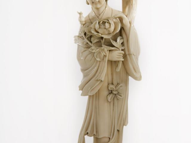 Ivoren sculptuur van een hofdame, China 19de eeuw;